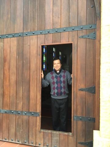 mirando por la puerta